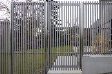Bild zu Sichtschutzwand mit Gartentor