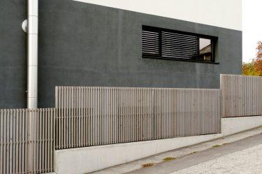 Bild zu Holzzaun mit Edelstahlkonstruktion