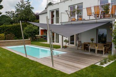 Bild zu Holzterrasse, Schwimmbadabdeckung und Sonnensegel