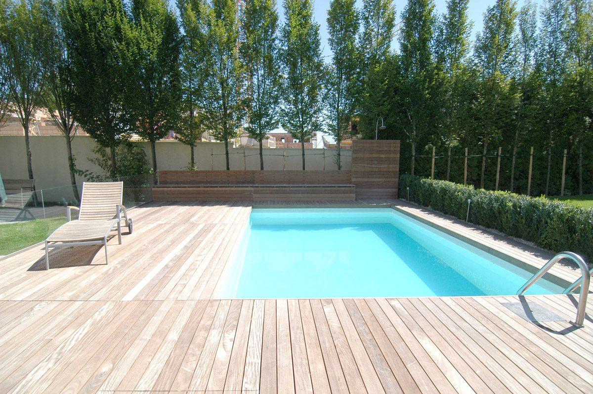 Schwimmbad mit Liegefläche aus Ipe-Holz
