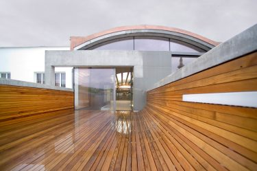 Bild zu Holzterrasse mit Holzbank