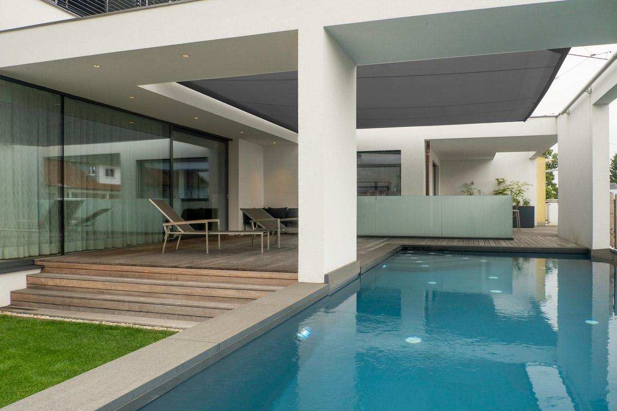 Sonnensegel in Hausarchitektur integriert