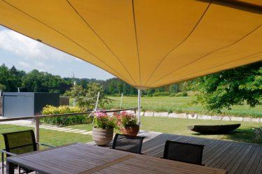 Bild zu Schaugarten von der Terrasse mit Sonnensegel
