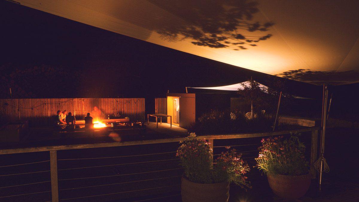 Schaugarten von der Terrasse bei Nacht