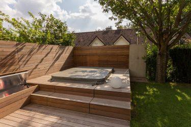 Bild zu Holzterrasse mit integriertem Whirlpool